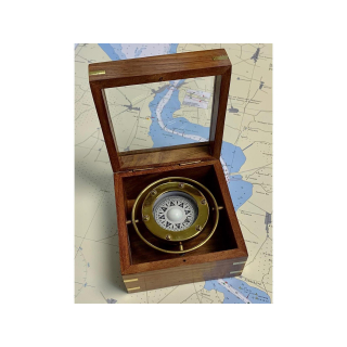Kompass in Holzkasten