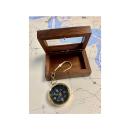 Schlüsselanhänger-Kompass im Holzkasten